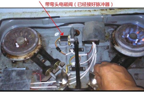 燃气灶电磁阀分类 燃气灶电磁阀主要分为三大类,包括直动式电磁阀、分步直动式电磁阀、先导式电磁阀。其中直动式电磁阀在真空、负压等环境下均能正常工作;而分步直动式电磁阀的功率较大,安装水平的要求较高;先 导式电磁阀的流体压力范围上限较高,可以任意的安装,但前提是满足流体压差条件。如今最常用的燃气灶电磁阀的功能也十分的强大,使用寿命长,安全性高。   燃气灶电磁阀是一种用电磁控制的工业设备,使用于控制燃气灶流体的自动化基础元件,是一种执行器,并不限于气动和液压。燃气灶电磁阀用于控制燃气灶中调整介质的流量、方向、